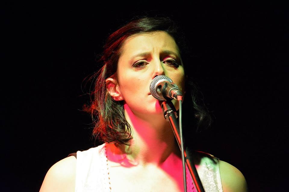 Irene ( Prisca ) mentre canta