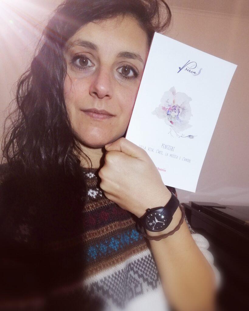 Prisca in posa col suo libro di poesie pubblicato dal gruppo Albatros edizioni